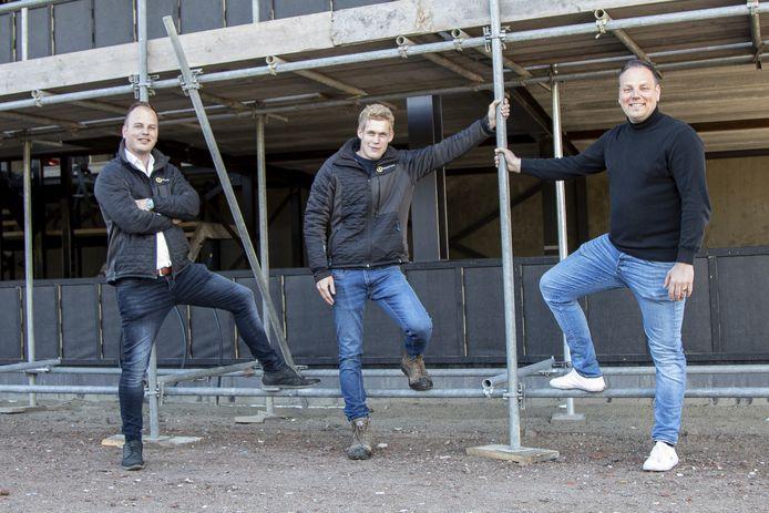 De drie mannen achter Laadpaal Today voor het bedrijfspand in aanbouw: (vlnr) Arjen ten Hove, Robertjan van der Schee en Matthijs Ballast.