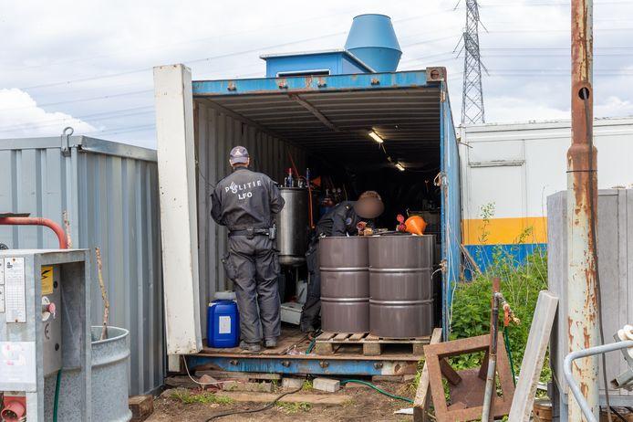 In een zeecontainer op het terrein van een scheepswerf in Angeren is door de politie een drugslab aangetroffen.