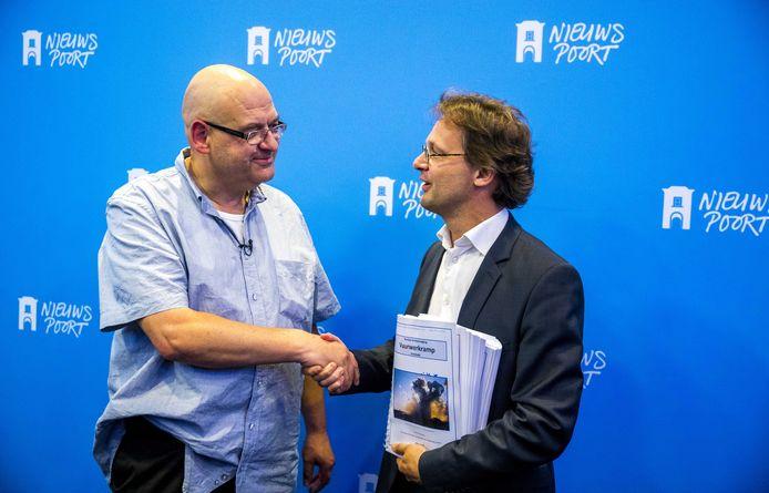 Van Buitenen biedt zijn resultaten aan van zijn onderzoek aan Ronald van Raak (SP), eerder in 2018.