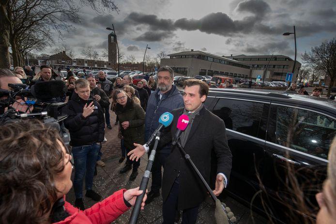 Thierry Baudet voor de deur van het politiebureau in Emmeloord, waar hij zich eerder vanochtend moest melden.