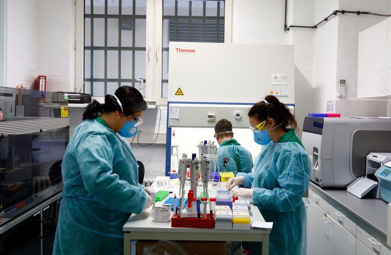 Een laboratorium voor testen op corona in Berlijn. Beeld Reuters