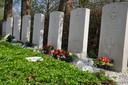 De zeven graven van de gesneuvelde geallieerde vliegeniers op de Nederlands-Hervormde begraafplaats van Oudewater.