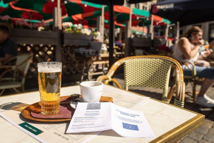 Een Covid Safe Ticket op de Grote Markt van Brussel.