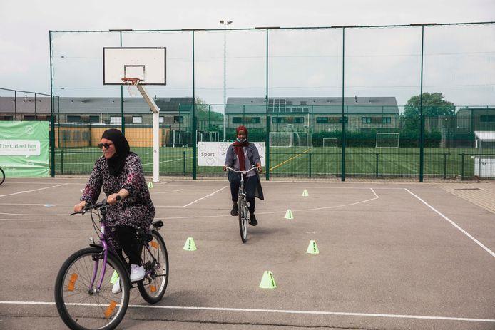 De volwassenen konden via het fietsproject leren fietsen.