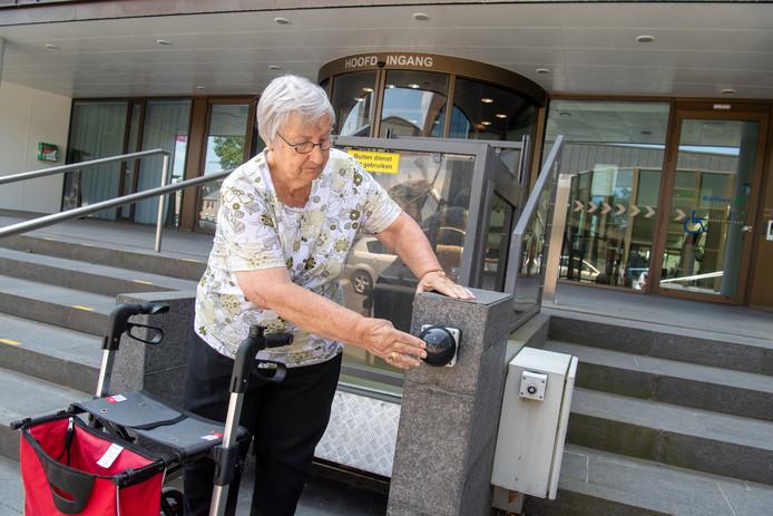 Fietje de Vries van het Platform Gehandicapten Dalfsen toonde al eerder aan dat de lift voor rolstoelers bij het Dalfser gemeentehuis niet werkt.