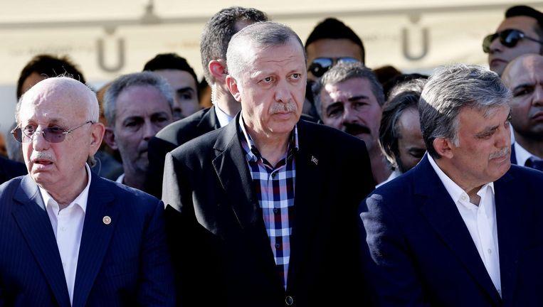 De Turkse president Erdogan op de begrafenis van mensen die bij de couppoging om het leven zijn gekomen. Beeld epa