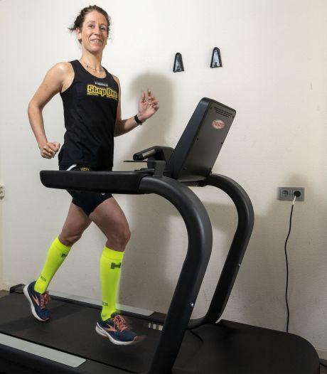 Sabine uit Rijssen verbetert wereldrecord marathon op loopband: 'Loodzwaar'