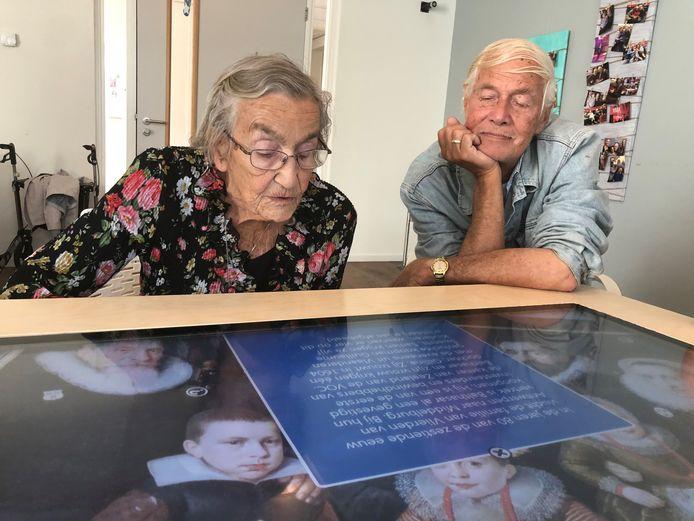 Mevrouw Versluijs en meneer Te Loo proberen de belevenistafel uit.