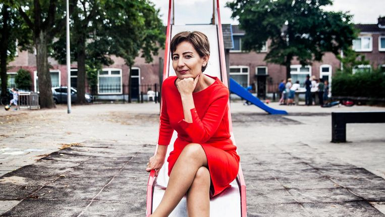 Keklik Yücel bij haar basisschool in Deventer. 'In mijn buurt bleven veel meiden thuis. Die trouwden op hun 14de.' Beeld Aurélie Geurts / de Volkskrant