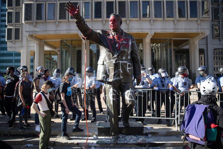 Nadat demonstranten het beeld van de voormalige burgemeester van Philadelphia Frank Rizzo hadden beklad en geprobeerd het omver te werpen, heeft het stadsbestuur het beeld zelf verwijderd. Rizzo, die naast burgemeester ook politiecommissaris was, wordt ervan beschuldigd in de jaren 60 en 70 politiegeweld te hebben aangemoedigd. Beeld AP