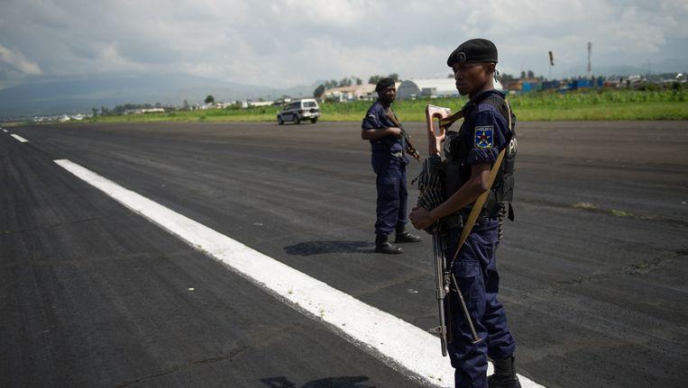 Congolese politieagenten bij het vliegveld van Goma. Beeld afp