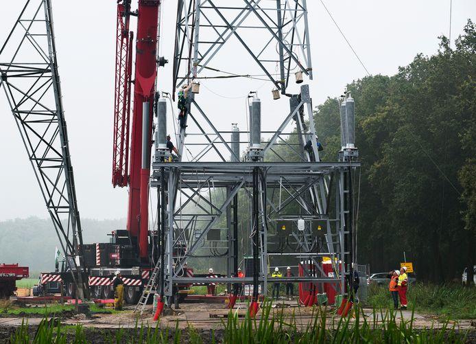 Afgelopen zomer werd in polder Rijnvliet een nieuwe elektriciteitsmast geplaatst op de plek waar het nieuwe ondergronds aangelegde netwerk weer bovengronds komt. Daarbij legde Tennet al extra kabels in de grond om in de toekomst meer elektriciteit te kunnen transporteren.