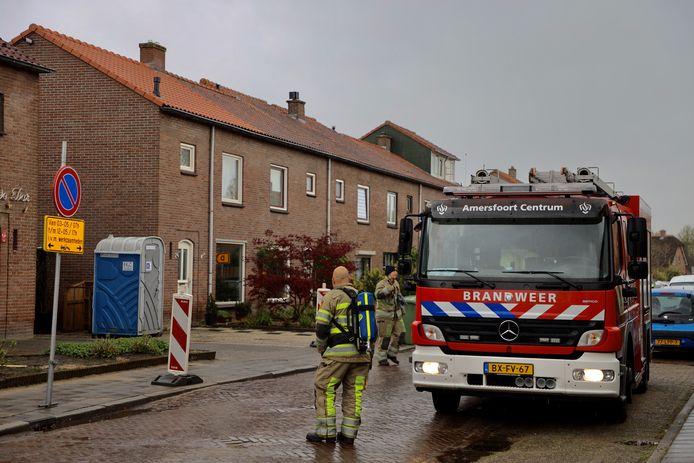 De brandweer doet onderzoek naar een gaslekkage in het wegdek in Hoogland. Foto: AS Media