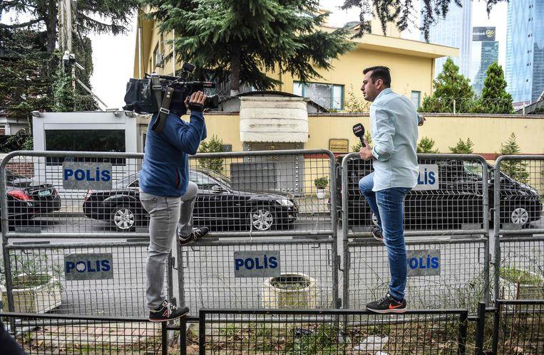 Reporters hebben post gevat aan het consulaat.  Beeld AFP