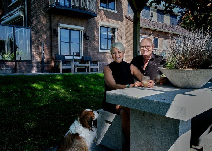 Jannie en Arnold de Pijper voor hun huis: Het Kloosterhof.