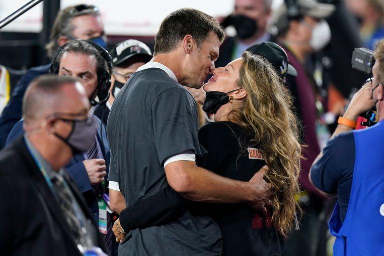 Brady kust zijn vrouw, supermodel Gisele Bundchen, na de overwinning. Beeld AP