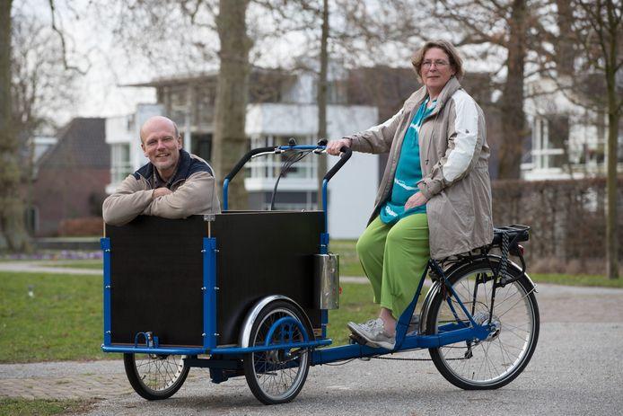 Stichting Goede Buren gaat pakketjes met spullen om het huis te verduurzamen gratis rondbrengen in Olst en Wijhe. Martha Beeker en Paul Hendriksen van de stichting hebben er zin in.