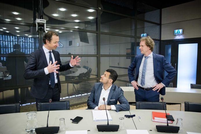 Staatssecretaris Eric Wiebes (links) van Financiën met Farid Azarkan (DENK) en Bart Snels (Groenlinks)