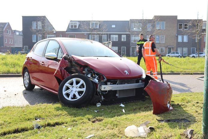 Een auto vloog uit de bocht in Woerden.