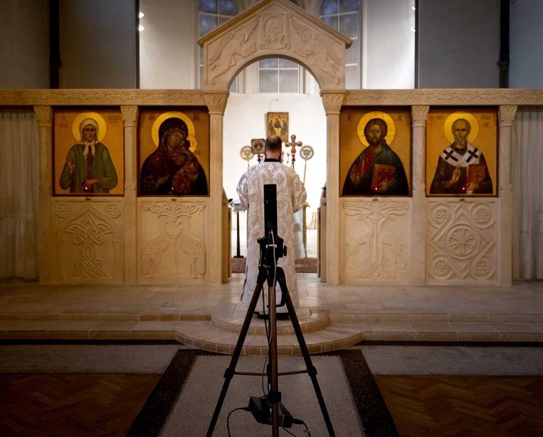Een online dienst in de Russisch Orthodoxe kerk in Amsterdam.  Beeld ANP