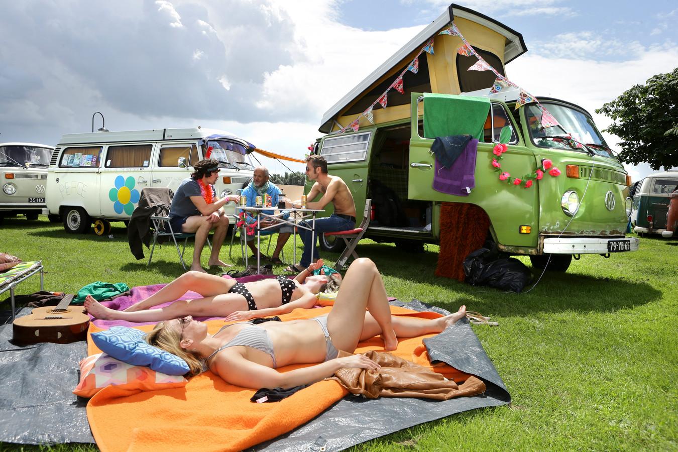 Buiten de Waterpoort tijdens het Hippiefestival.