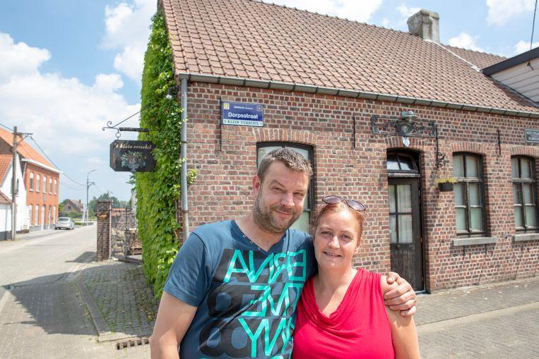 """Thomas en Petra zijn de buren van Jelle en Sophie. """"Ik schreef hen een gedichtje: 'Wetteren was te marginaal, dus wonen ze nu aan de Westremse kathedraal', stond erin."""" Beeld Simon Mouton Photo News"""
