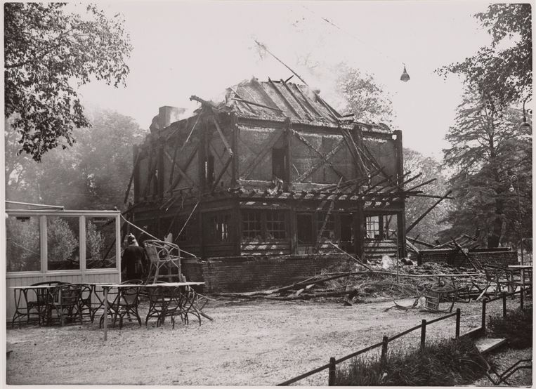 Het Indisch Theehuis na de brand in 1936. Beeld Stadsacrchief