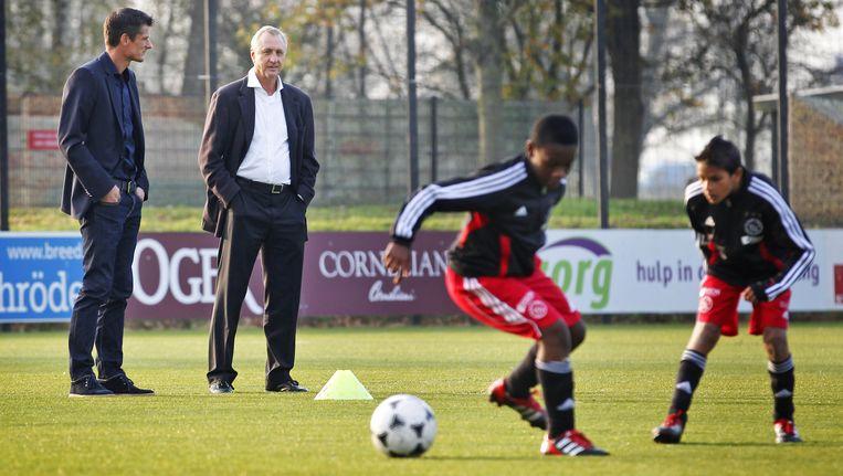 Johan Cruijff neemt een kijkje bij Wim Jonk op jeugdcomplex de Toekomst. Beeld ANP