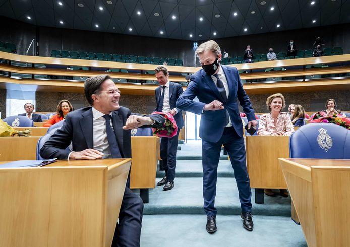 Mark Rutte (VVD) en Pieter Omtzigt (CDA) begroeten elkaar voorafgaand aan de beëdiging van de leden van de Tweede Kamer.