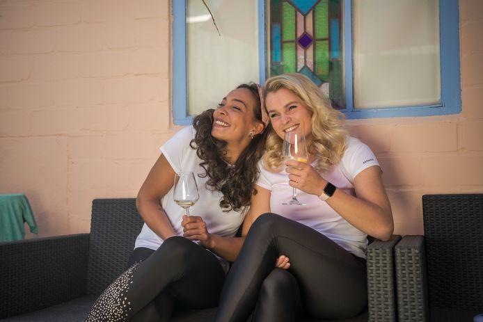 Ruby van der Jagt (links) en Sacha Benard genietend van een glas witte wijn.