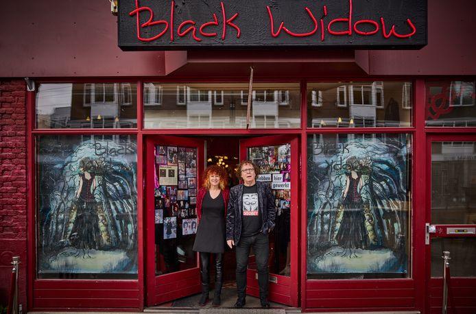 Carrie Jansen en Gerard Roijackers in de deuropening van Black Widow.
