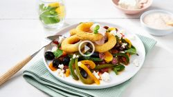 Razendsnelle calamares met chorizoslaatje en lichte yoghurtdip
