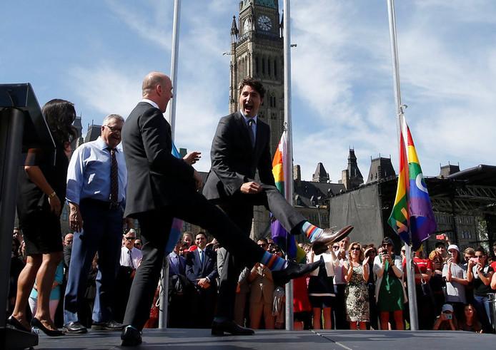 Tijdens de Gay Pride droeg de Canadese president Justin Trudeau regenboogsokken met de tekst Eid Mubarak.
