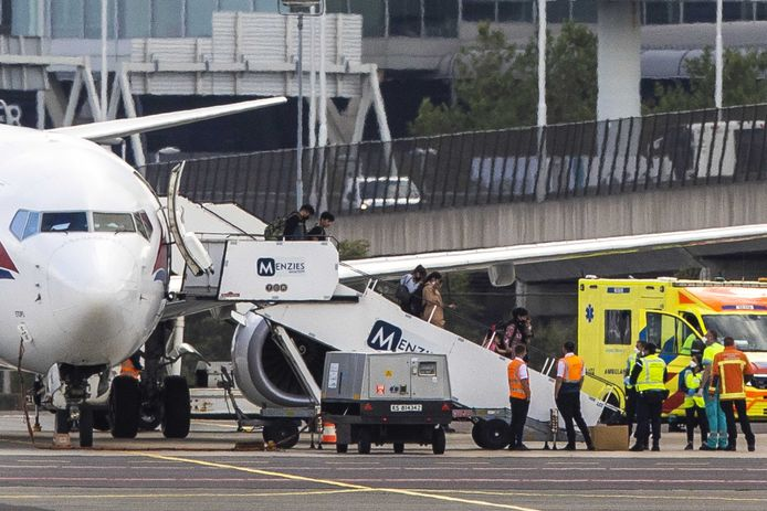 Evacués uit Afghanistan stappen uit het een na laatste vliegtuig dat in ons land aankomt. Ze komen aan op een afgeschermd vrachtplatform van luchthaven Schiphol.