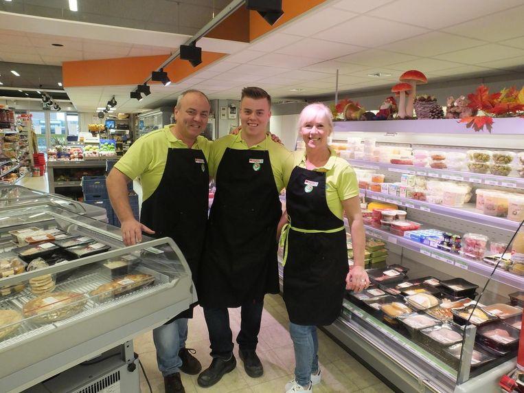 Dirk en Christa met hun zoon Jordi in de vernieuwde buurtwinkel.