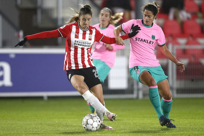 PSV-middenveldster Amy Harrison (links) in de Champions League tegen FC Barcelona