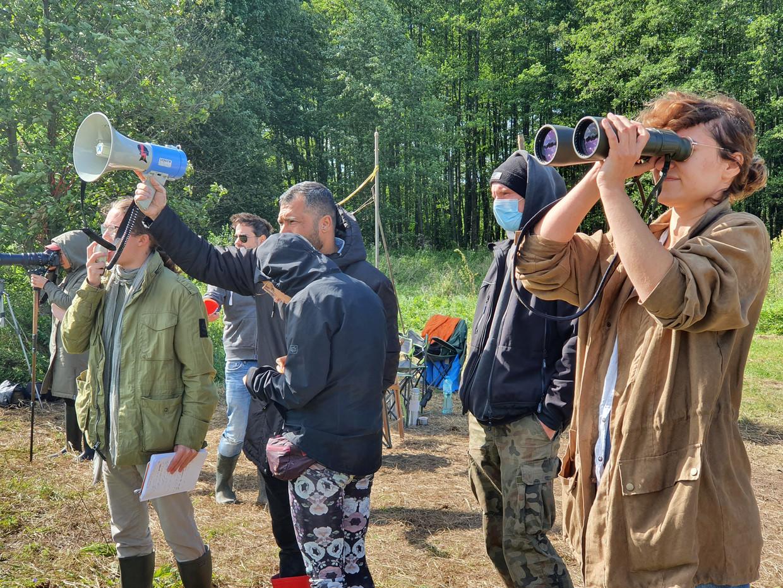 Medewerkers van de stichting Ocalenie proberen aan de grens tussen Polen en Wit-Rusland contact te maken met vluchtelingen.