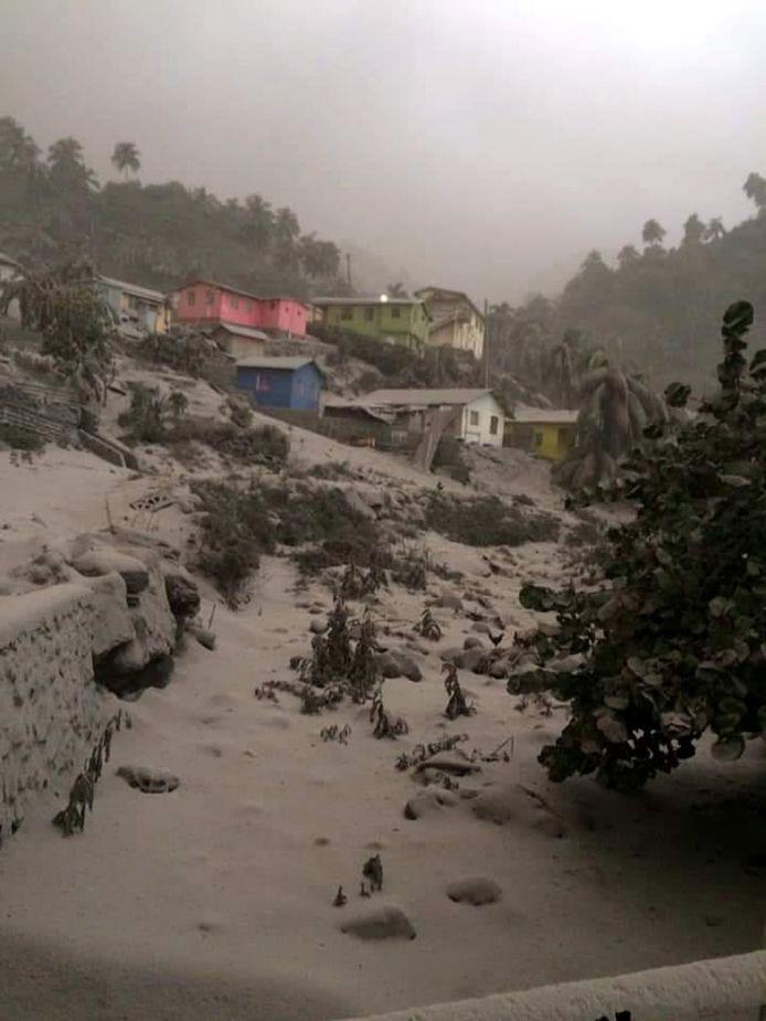 Huizen en straten onder de vulkanische as zaterdag.
