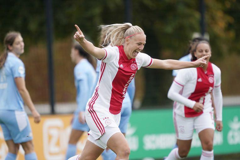 Stefanie van der Gragt maakt 1-0 in de strijd tussen Ajax en PSV. Beeld ANP