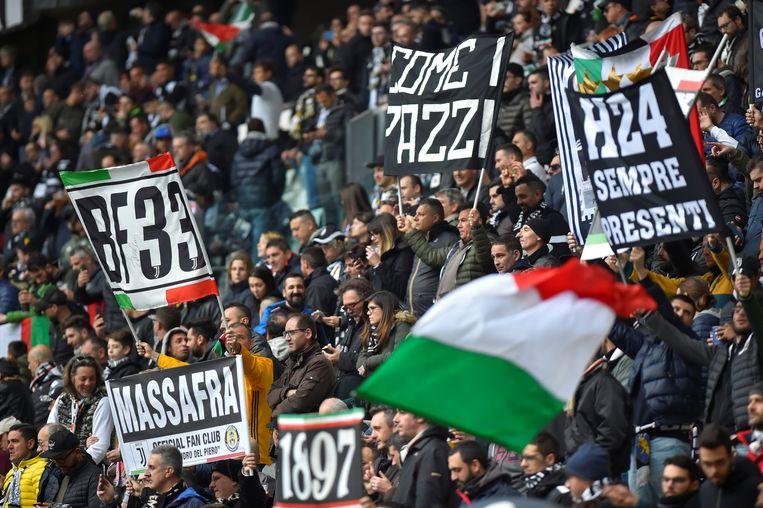 De supporters van Juventus zijn massaal op post in hun Allianz Stadium. Na 23 jaar willen ze opnieuw de Champions League-trofee veroveren. Beeld REUTERS