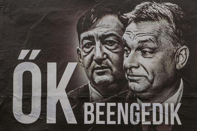Zakenbroeders en vrienden Viktor Orbán en Lorinc Meszaros op een verkiezingsposter van oppositiepartij Jobbik.  Beeld BELGAIMAGE
