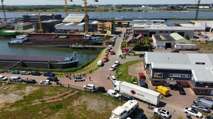 De Beatrixhaven in Werkendam is afgesloten voor alle verkeer. De politie en de brandweer zijn ter plaatse na het aantreffen van een drugslab in een loods op het haventerrein.