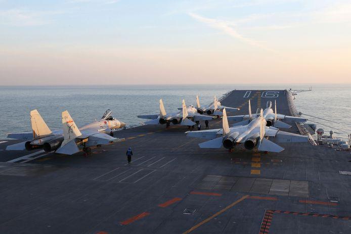 Des jets chinois sur le porte-avions Liaoning dans le Golfe de Bohai, en mer de Chine, 2016.