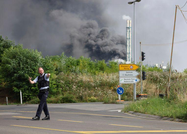 Bij de ontploffing en daaropvolgende brand, die gepaard ging met een dikke zwarte rookwolk van enkele honderden meter hoog, raakten 31 mensen gewond. Beeld AP