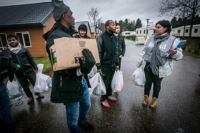 Asielzoekers van een centrum in Lommel gaan samen inkopen doen. Helaas verloopt de opvang niet altijd even rimpelloos.