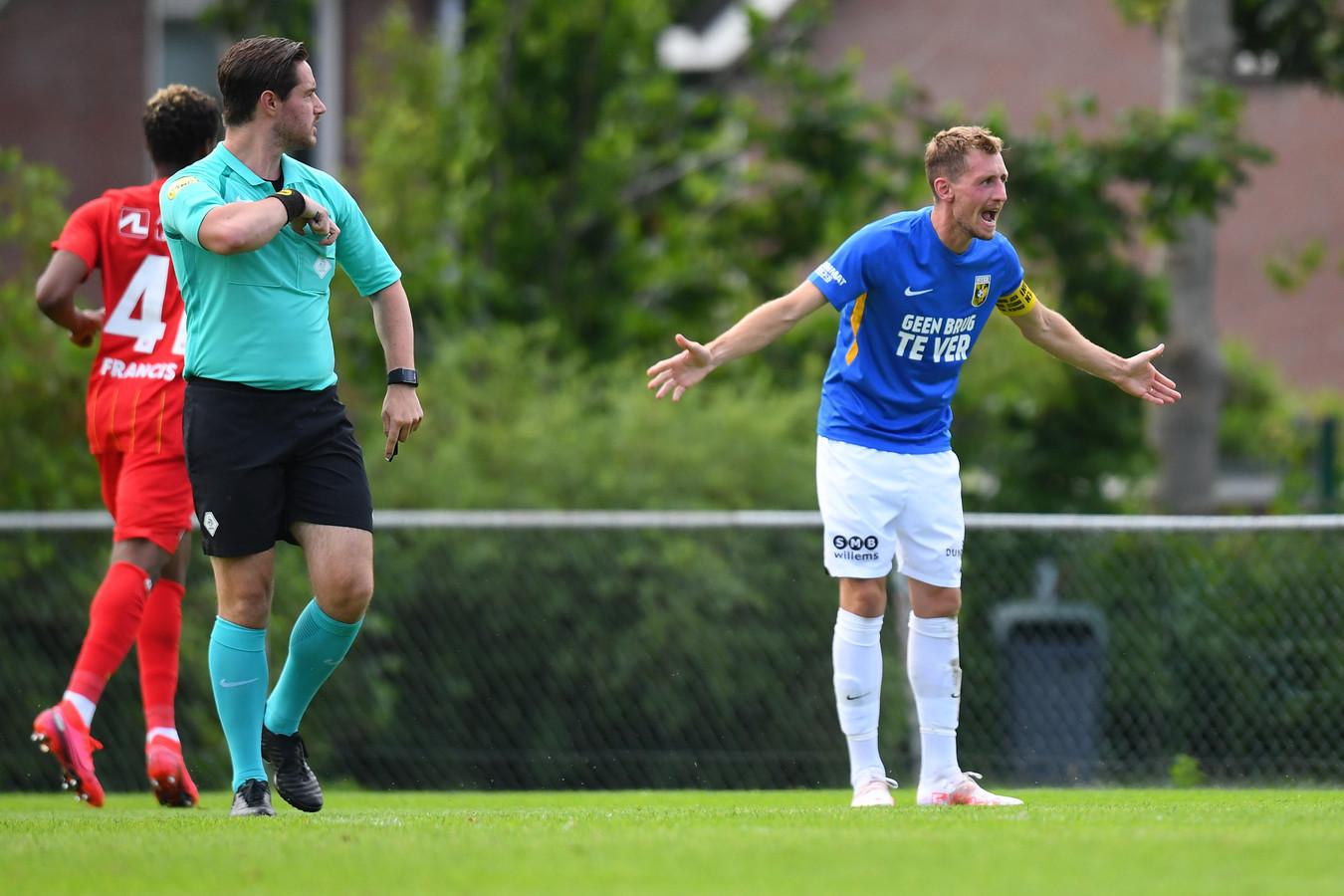 Tomas Hajek van Vitesse roept zijn teamgenoten ter verantwoording na een tegengoal van de Deense tegenstander  FC Nordsjaelland.