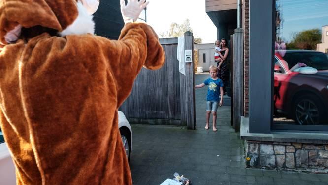 Paashazen trekken op paaszondag door de Liedekerkse straten om eitjes uit te delen