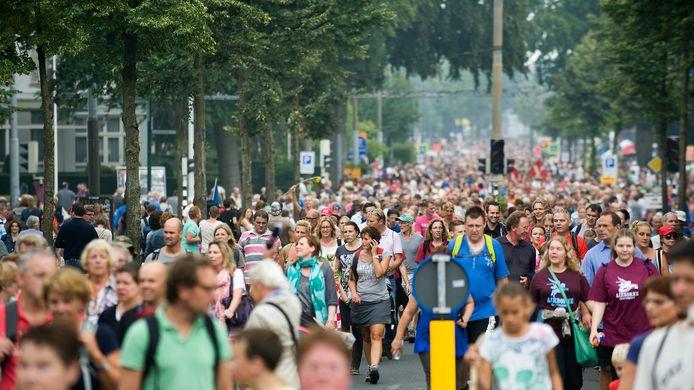 Deelnemers aan de Airborne Wandeltocht op de Utrechtseweg in Oosterbeek.