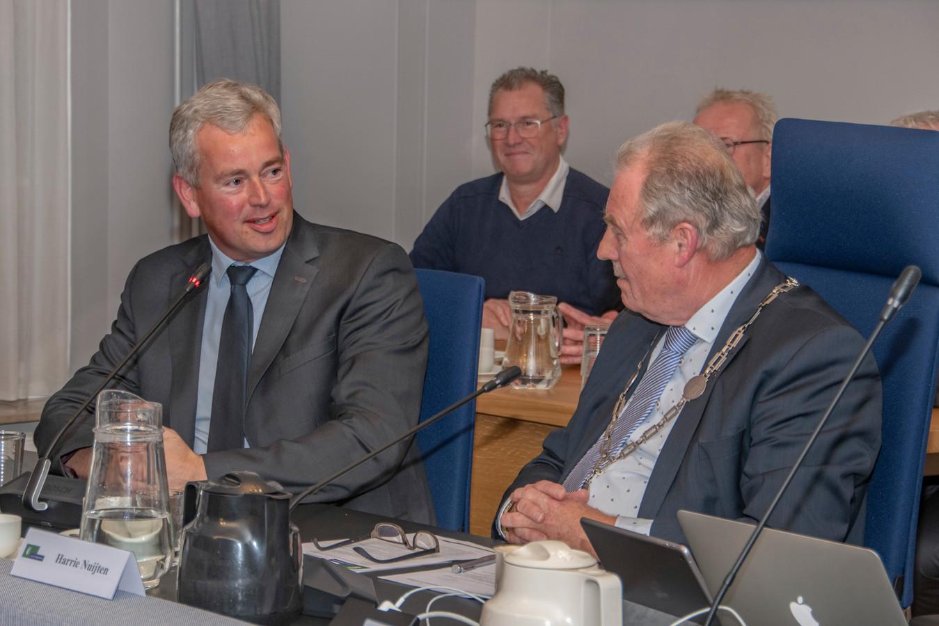 Maarten van de Donk, die zich inmiddels heeft teruggetrokken als nieuwe burgemeester van Hilvarenbeek, links naast waarnemend burgemeester Harrie Nuijten.