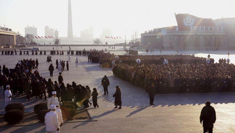 Vanmorgen vroeg. Rouwende Noord-Koreanen staan in de rij om Kim Jong-il de laatste eer te betuigen Beeld ap